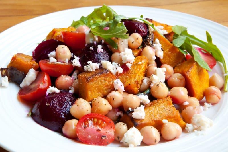 Salade avec des pois chiches et des légumes photos libres de droits