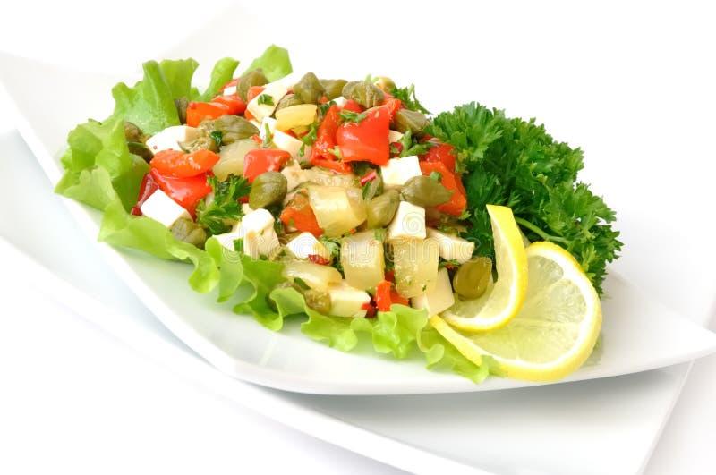Salade avec des poivrons et des câpres images stock