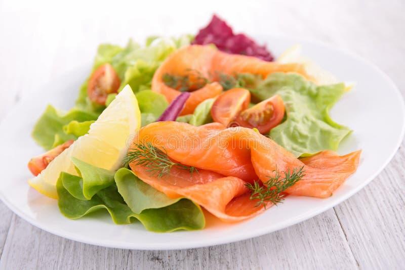 Salade avec des saumons photographie stock libre de droits