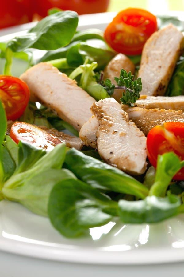 Salade avec du blanc de poulet photographie stock