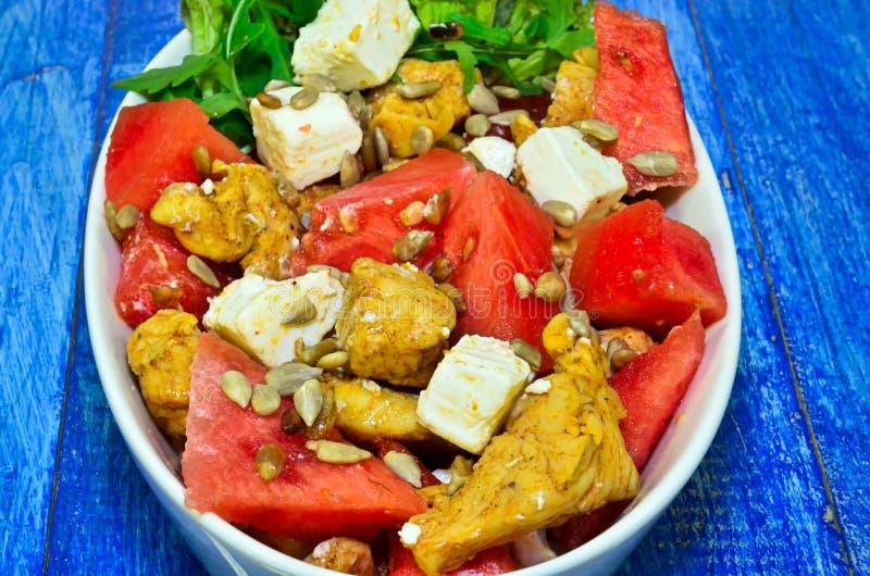Salade avec du blanc de poulet image libre de droits