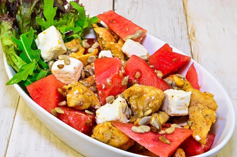 Salade avec du blanc de poulet photo stock