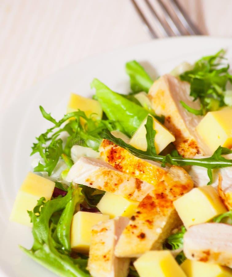 Salade avec du blanc de poulet et le fromage images stock