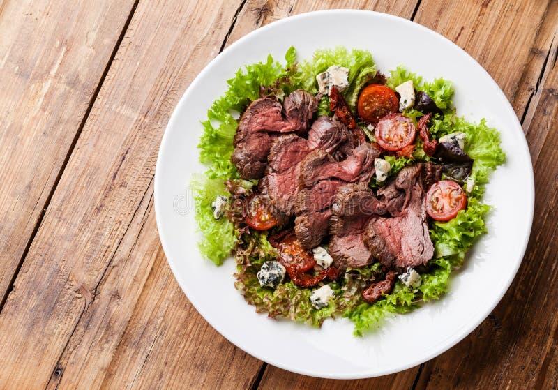 Salade avec du boeuf de rôti image stock