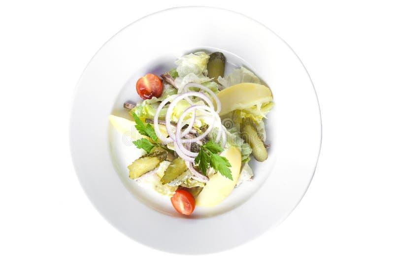 Salade avec du boeuf, des pommes de terre, des concombres et Salen photo libre de droits