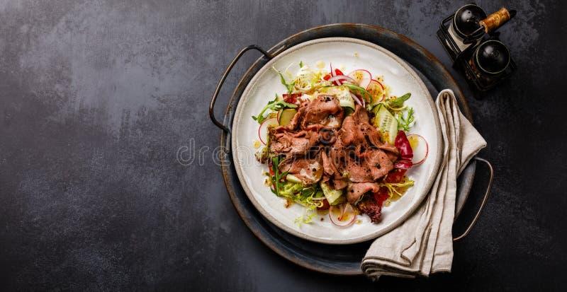 Salade avec du boeuf et des légumes de rôti image libre de droits