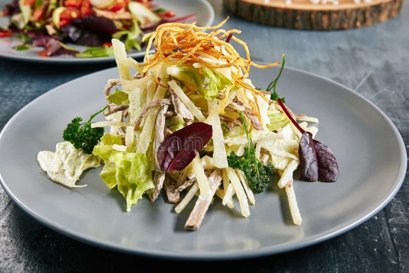 Salade avec du boeuf et le radis photos libres de droits