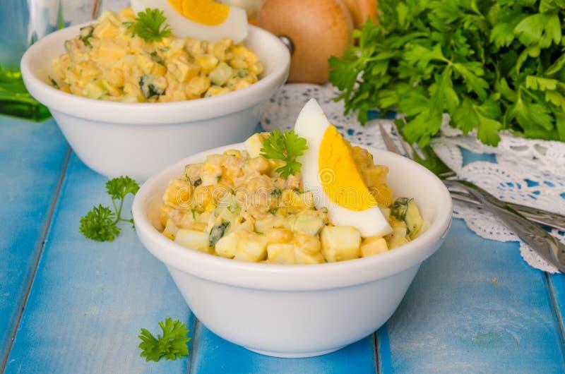 Salade avec du foie de la morue, des oeufs, des concombres et du maïs photos stock