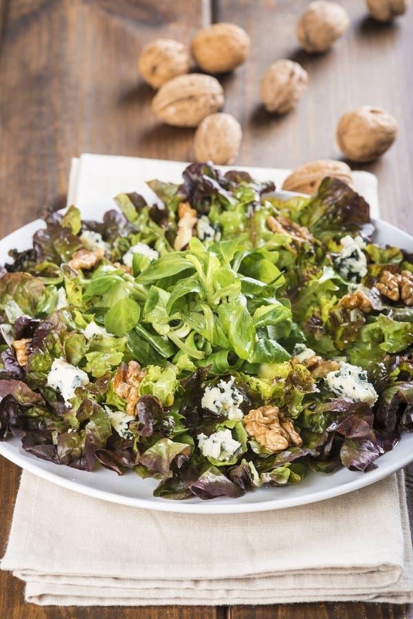 Salade avec du fromage bleu noix image stock