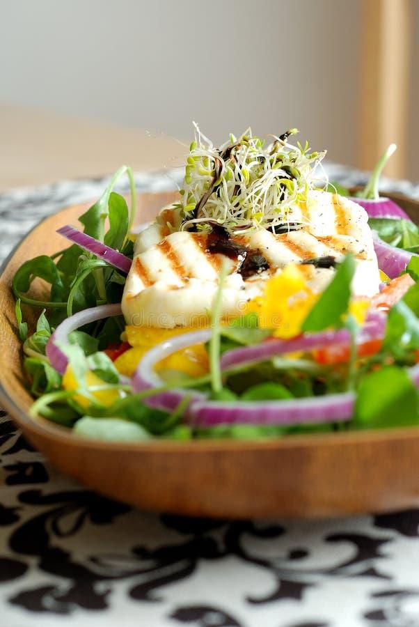 Salade avec du fromage grillé photographie stock