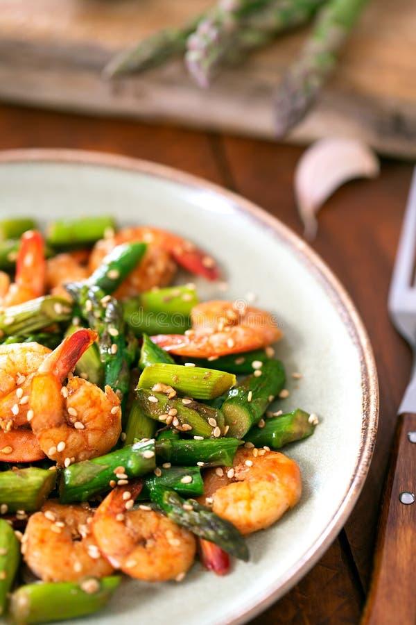 Salade avec l'asperge et les crevettes dans le plat photo libre de droits