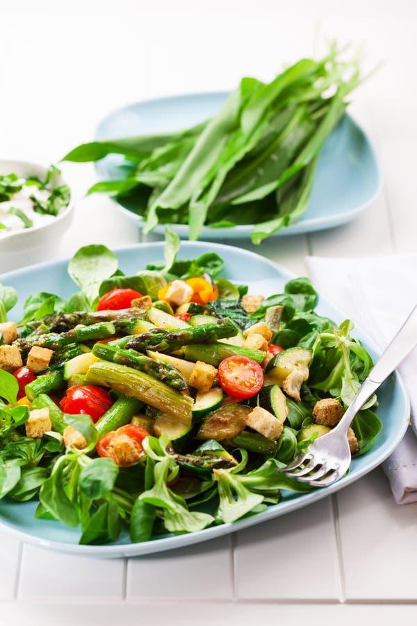 Salade avec l'asperge verte image stock