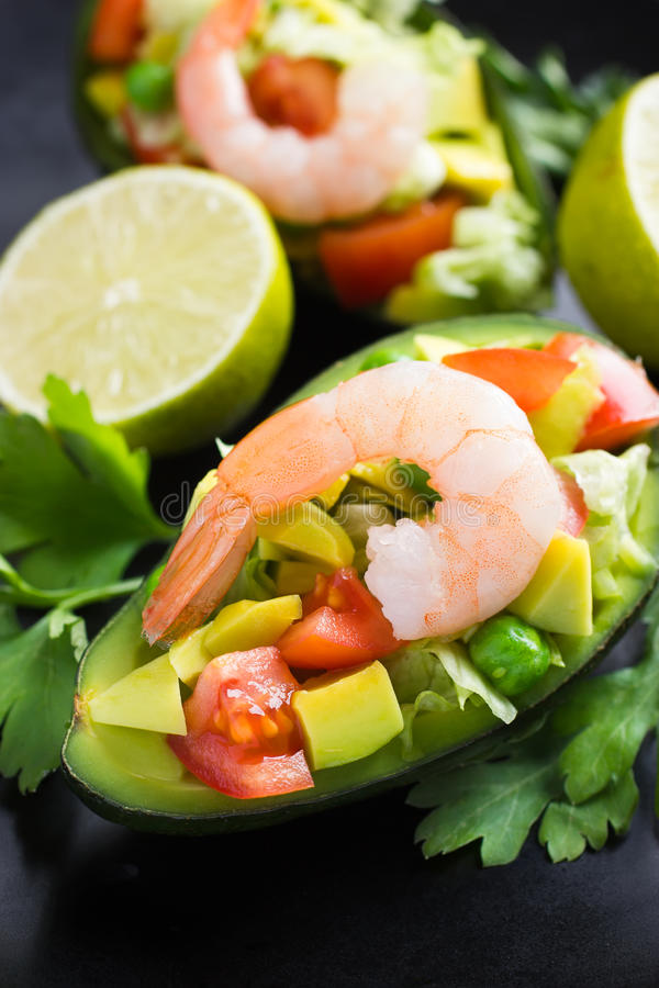 Salade avec l'avocat, les légumes et les crevettes photographie stock libre de droits