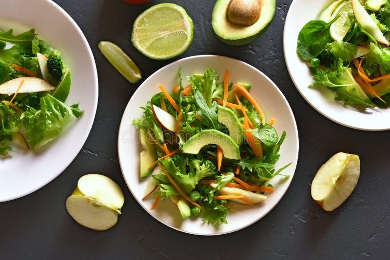 Salade avec l'avocat, pois, verts, pomme photo stock