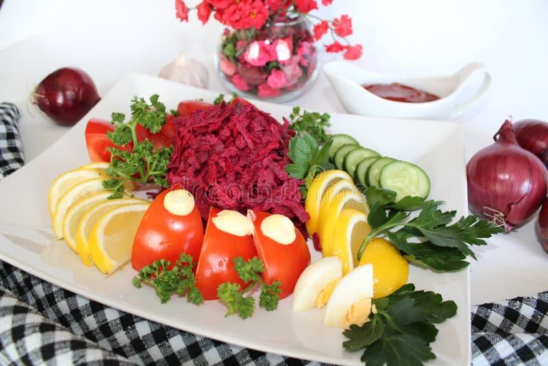 Salade avec la betterave rouge et les légumes image stock
