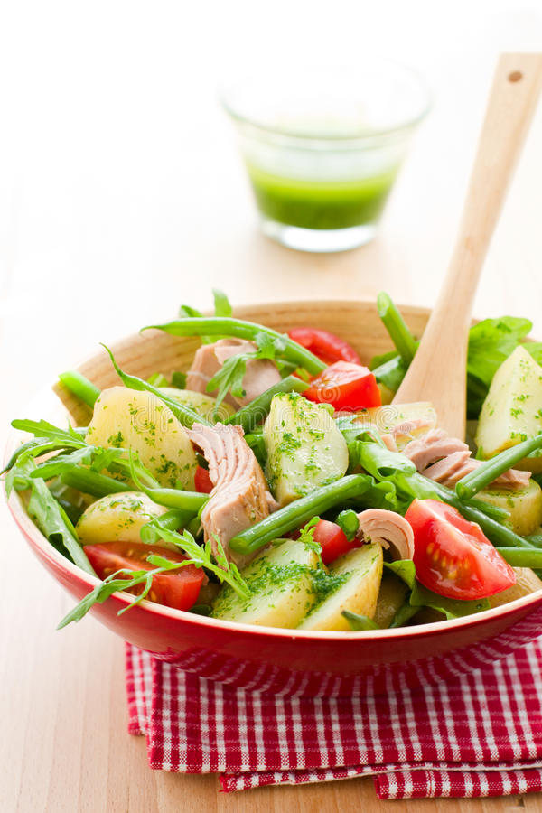 salade avec la pomme de terre et le thon image stock