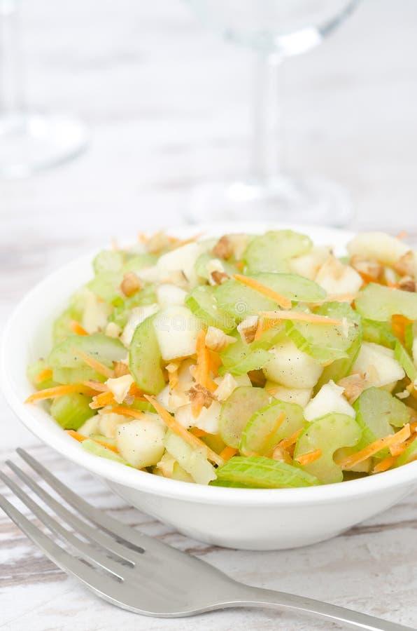 Salade avec la verticale de plan rapproché de céleri, de carotte et de pomme photo stock