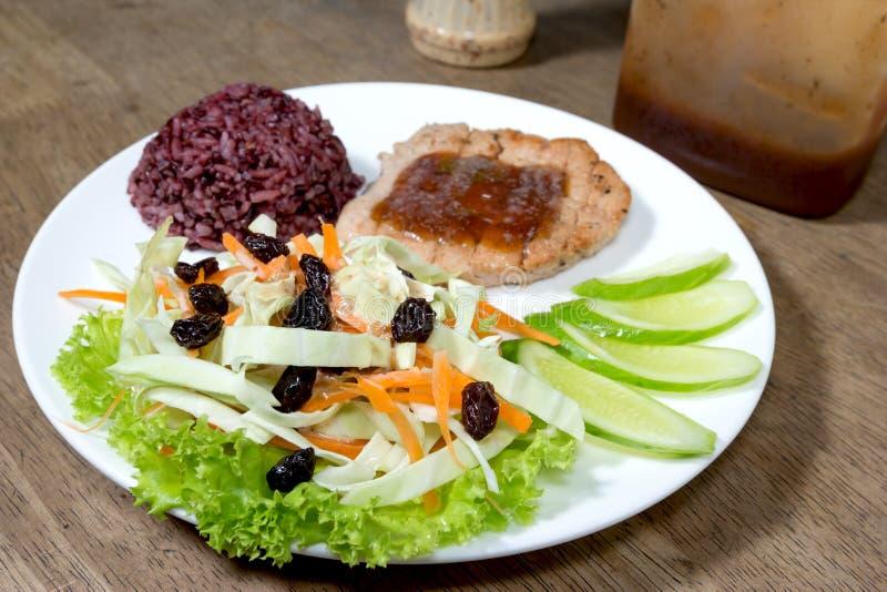 Salade avec le bifteck et le riz cuit de jasmin image libre de droits