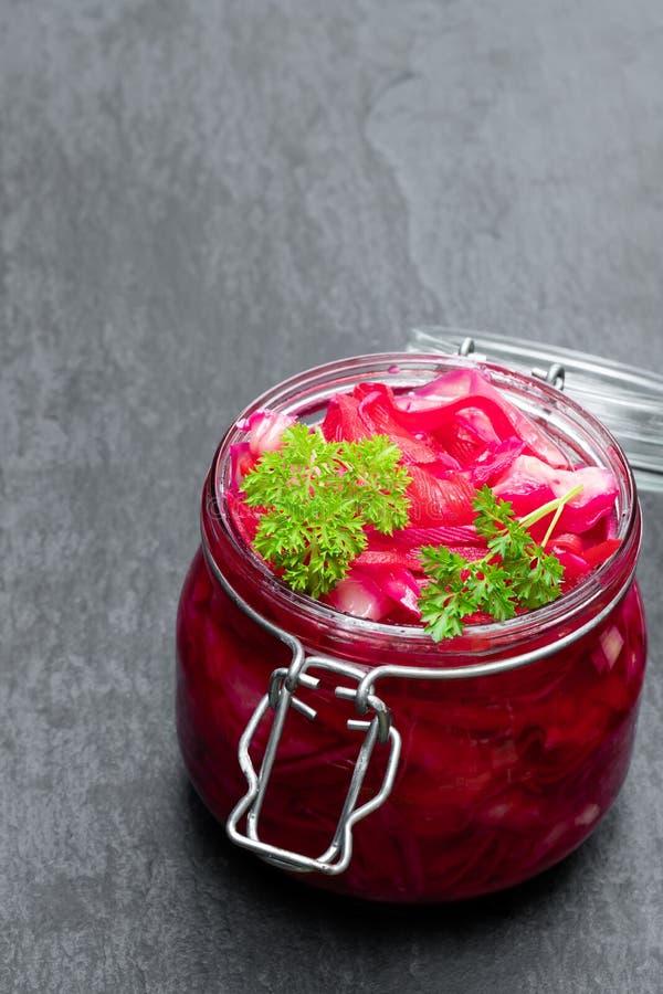 Salade avec le chou et les betteraves dans le pot en verre sur le fond en pierre noir images stock