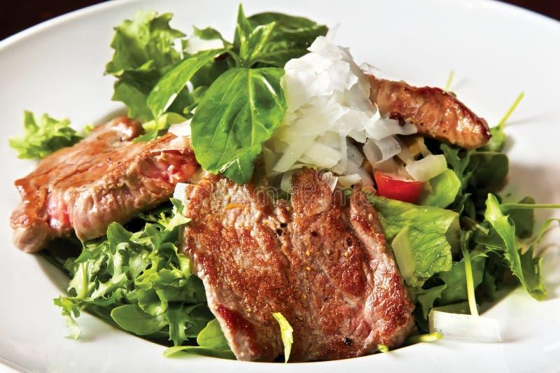 Salade avec le filet et les champignons de paris frits de veau image stock