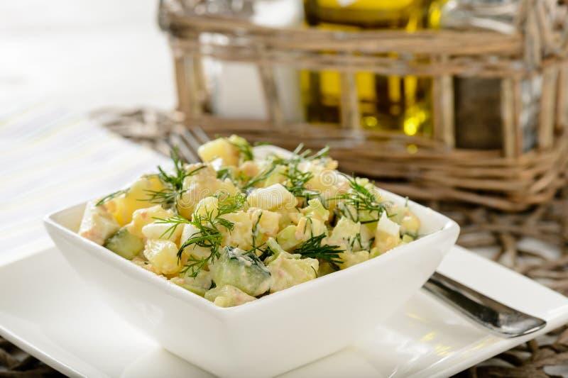 Salade avec le foie et les légumes de morue sur la table en bois images libres de droits