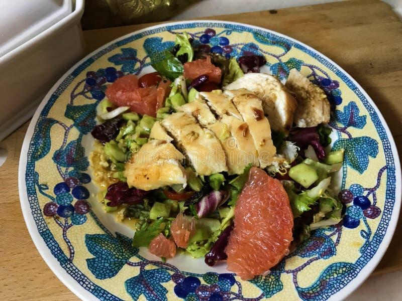 Salade avec le pamplemousse et poulet en marinade de moutarde images libres de droits