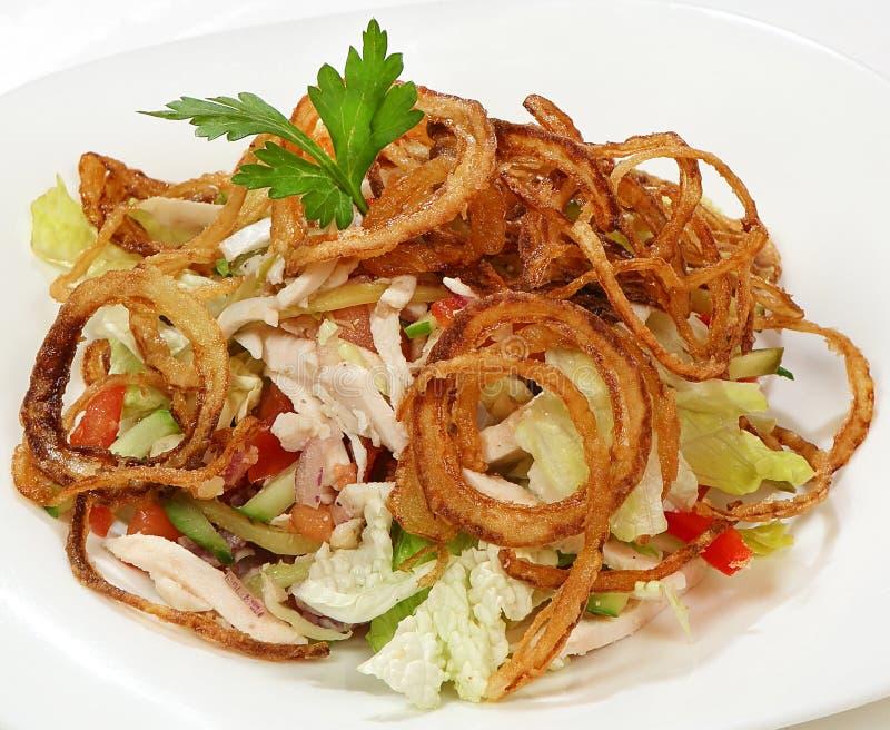 Salade avec le poulet et la laitue de poivron doux, les concombres, les tomates, les cornichons, les frites du lard et les oignon photographie stock