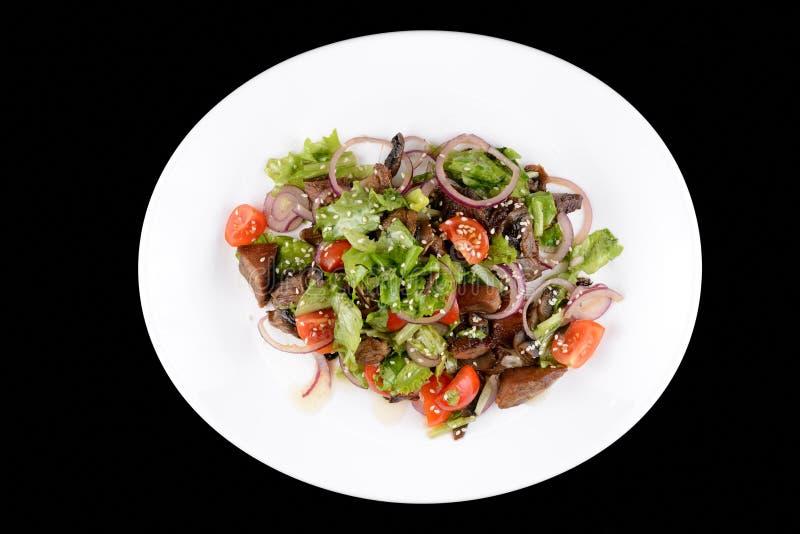 Salade avec le rassemblement et les légumes du plat blanc photographie stock libre de droits