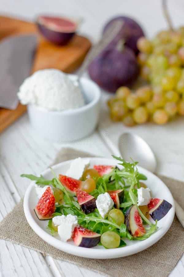 Salade avec les chees, l'arugula et les figues de chèvre photographie stock