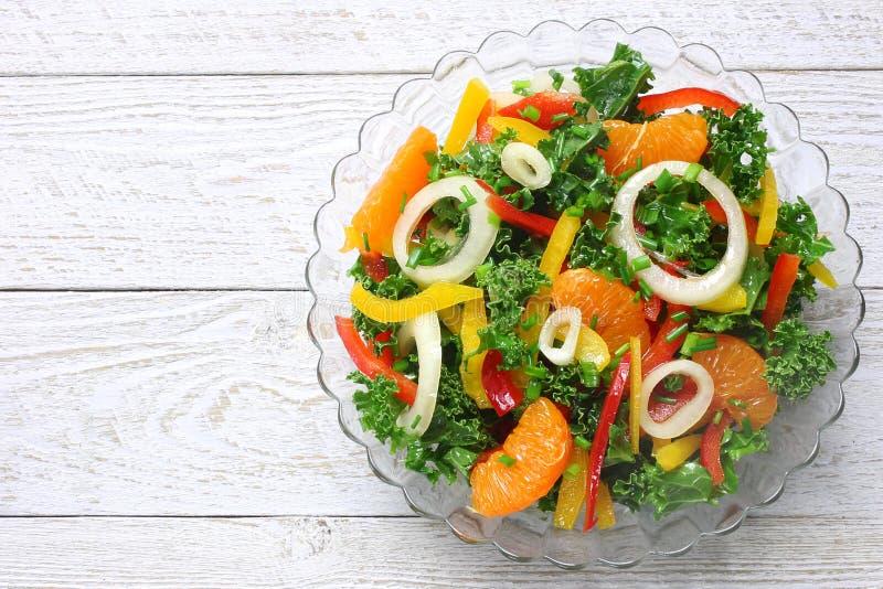 Salade avec les légumes frais et les mandarines photo libre de droits