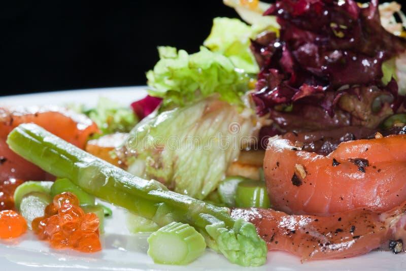 Salade avec les poissons rouges images stock