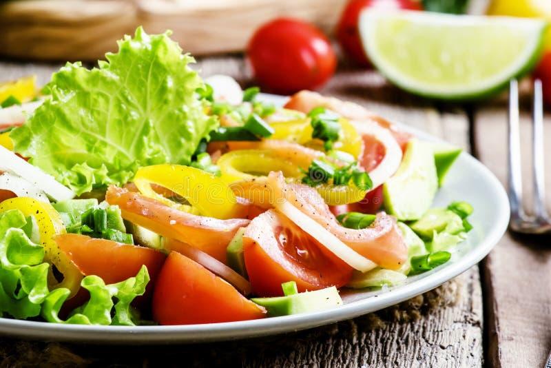 Salade avec les saumons et les légumes salés Fond en bois de cru photos stock
