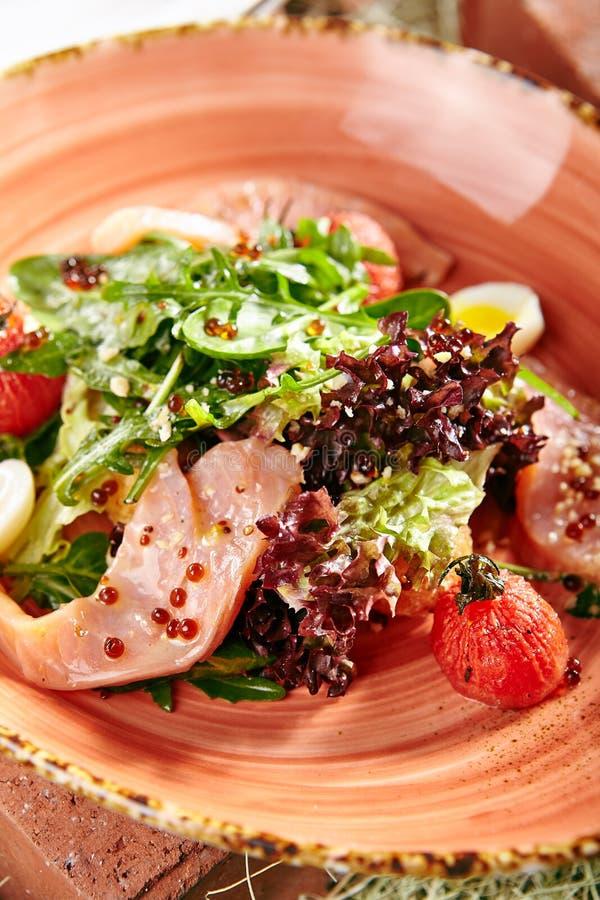 Salade avec les saumons fum?s photographie stock