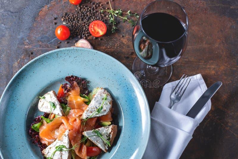 Salade avec les saumons légèrement salés photo libre de droits
