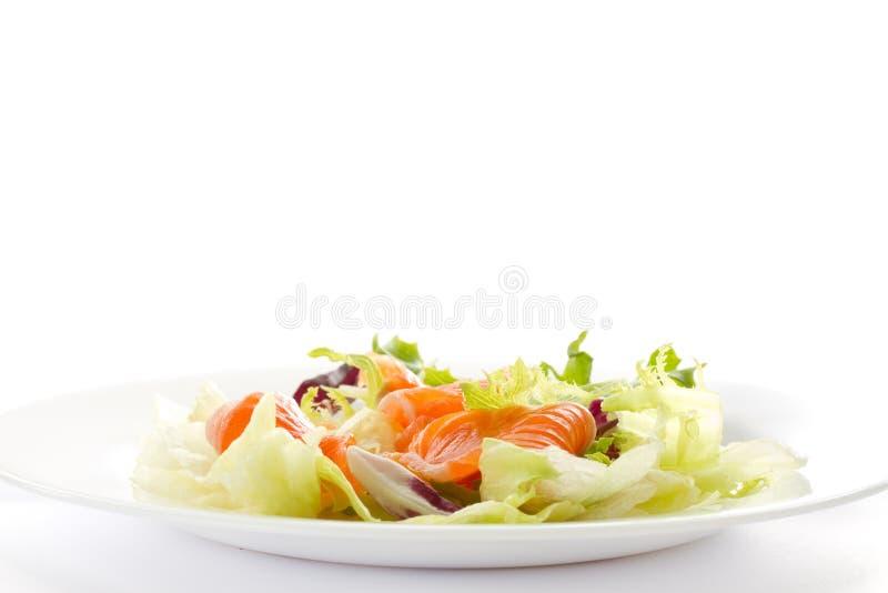 Salade avec les saumons salés photos libres de droits