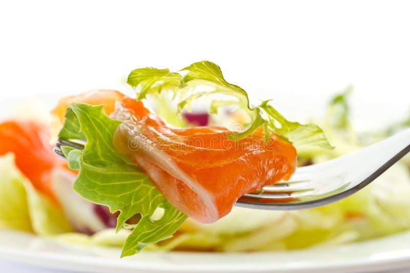 Salade avec les saumons salés photo stock
