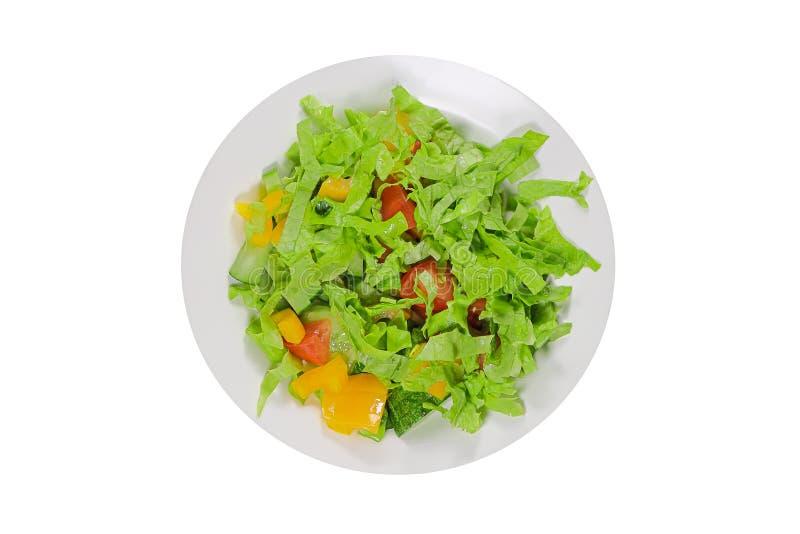 Salade avec les tomates de concombre et le poivre jaune d'isolement sur le fond blanc images libres de droits