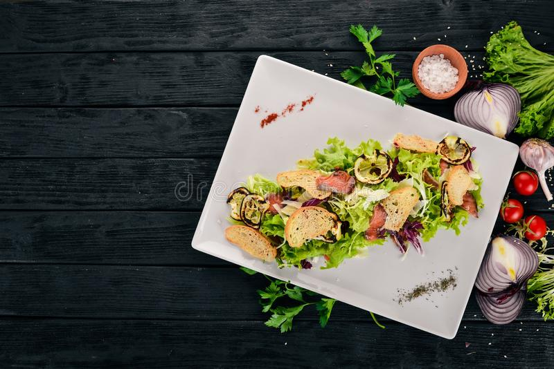 Salade César au saumon photographie stock libre de droits