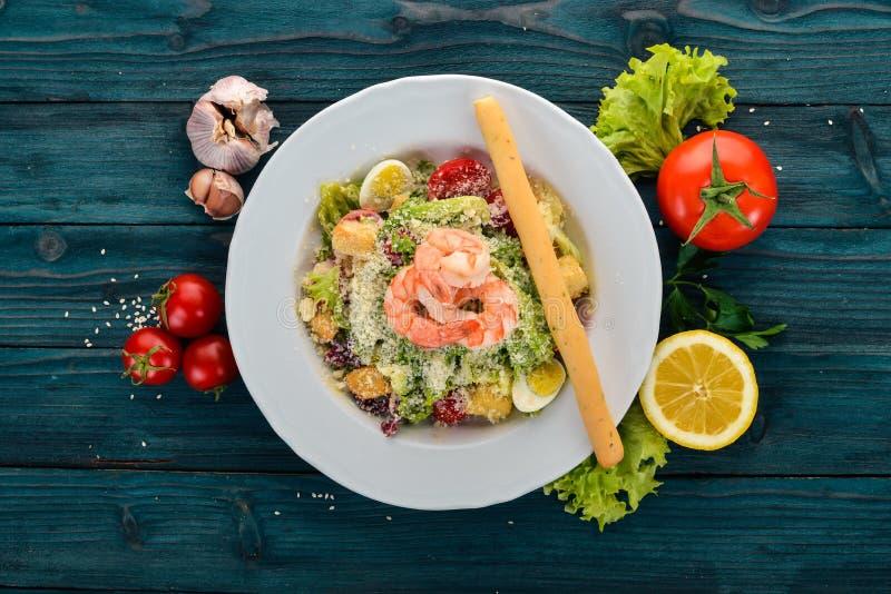 Salade César aux crevettes image stock