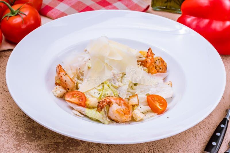 Salade César avec des crevettes images stock