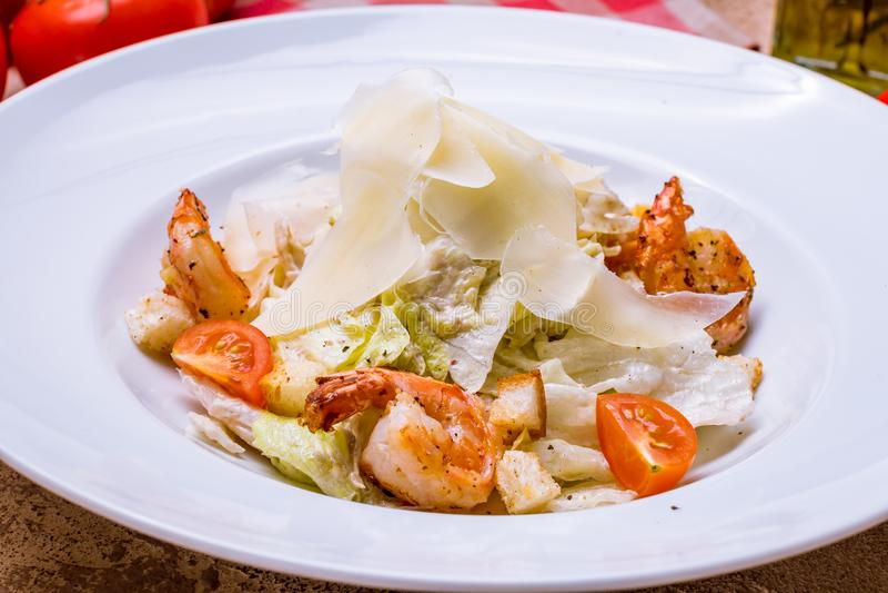 Salade César avec des crevettes image stock