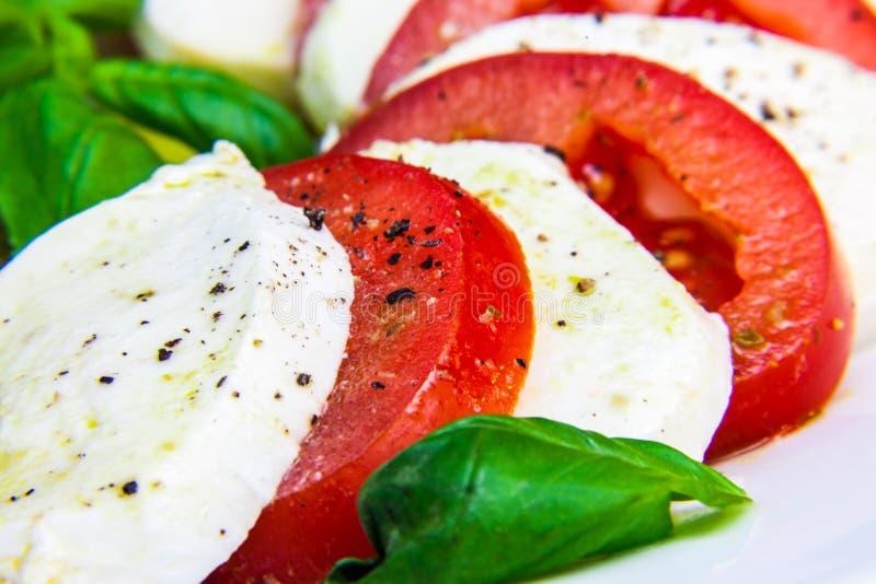 Salade caprese classique saine - tomates, mozzarella et basilic image libre de droits