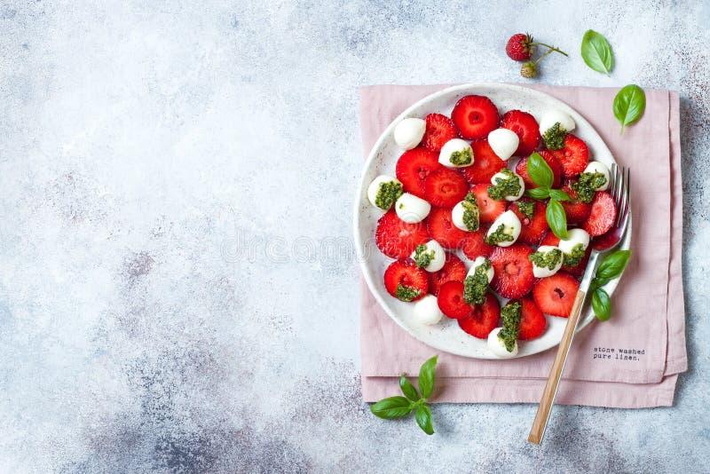 Salade caprese de fruit d'été avec des fraises Salade de fraise avec le pesto et le mozzarella de basilic photographie stock libre de droits