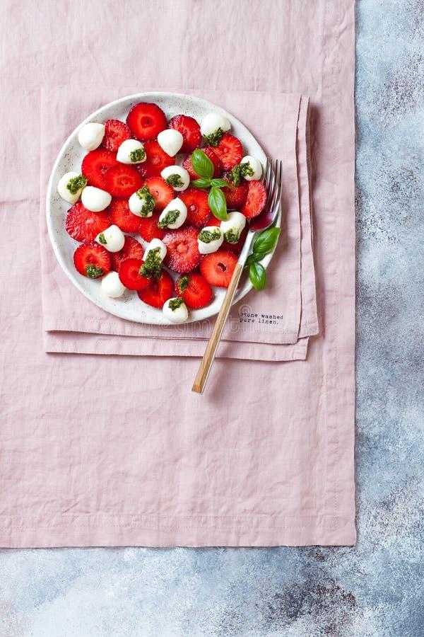 Salade caprese de fruit d'été avec des fraises Salade de fraise avec le pesto et le mozzarella de basilic photos libres de droits