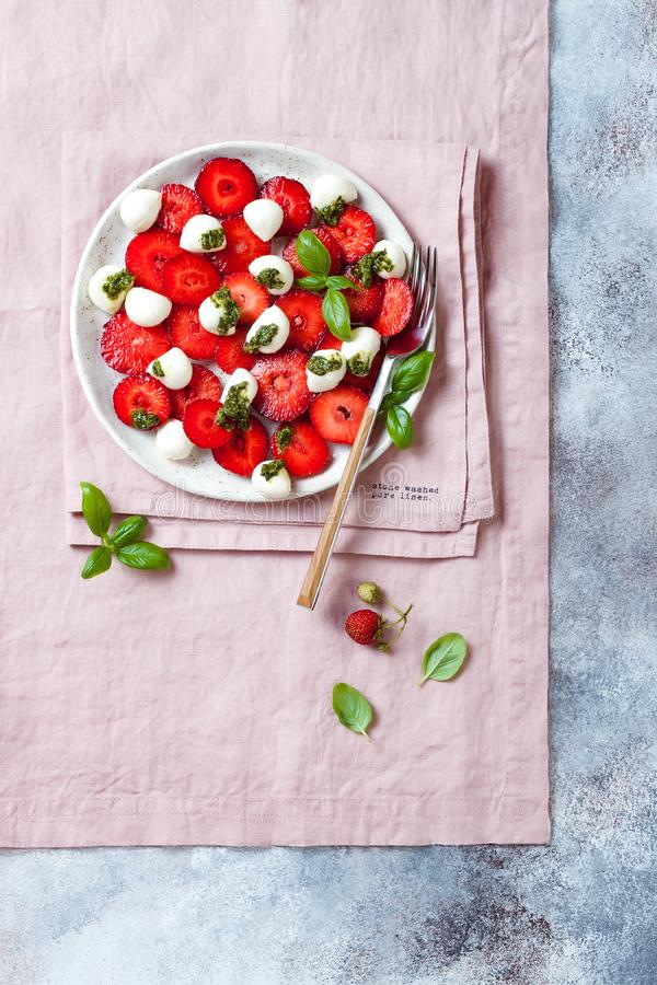 Salade caprese de fruit d'été avec des fraises Salade de fraise avec le pesto et le mozzarella de basilic image libre de droits
