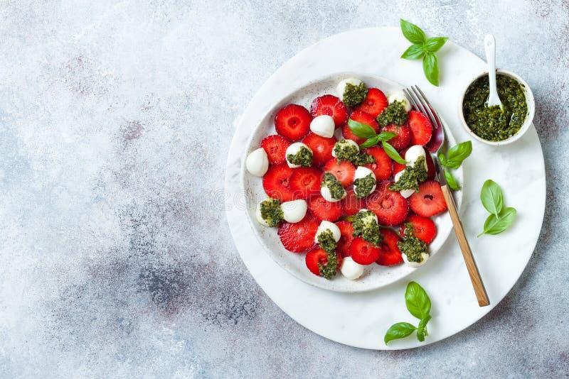 Salade caprese de fruit d'été avec des fraises Salade de fraise avec le pesto et le mozzarella de basilic photos stock