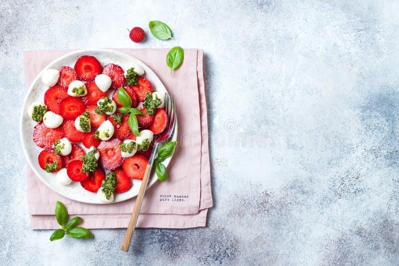 Salade caprese de fruit d'été avec des fraises Salade de fraise avec le pesto et le mozzarella de basilic images stock