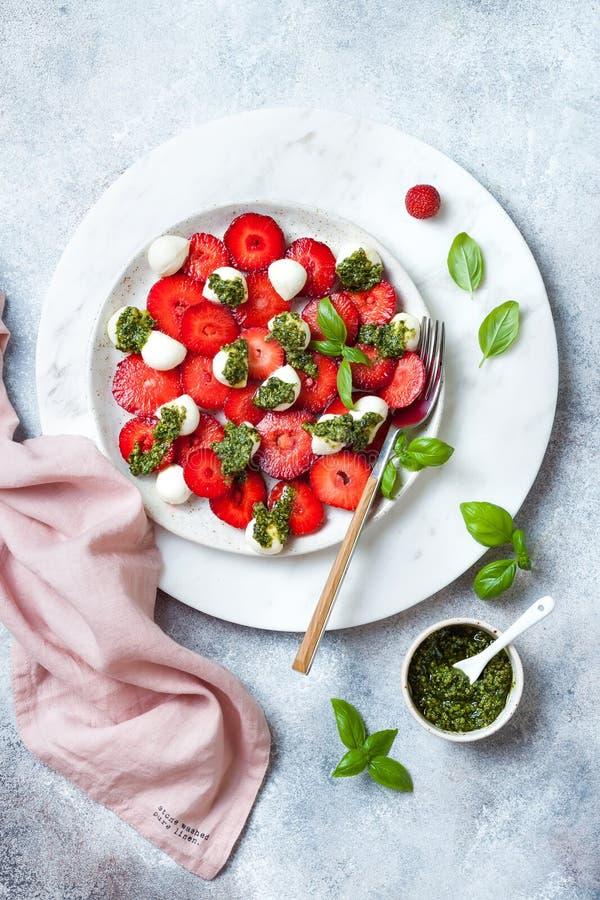 Salade caprese de fruit d'été avec des fraises Salade de fraise avec le pesto et le mozzarella de basilic images libres de droits