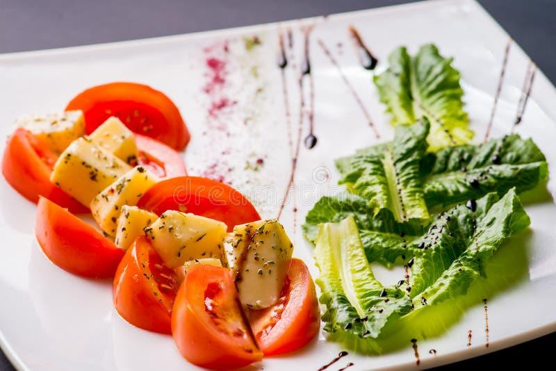 Salade caprese italienne avec du mozzarella images stock