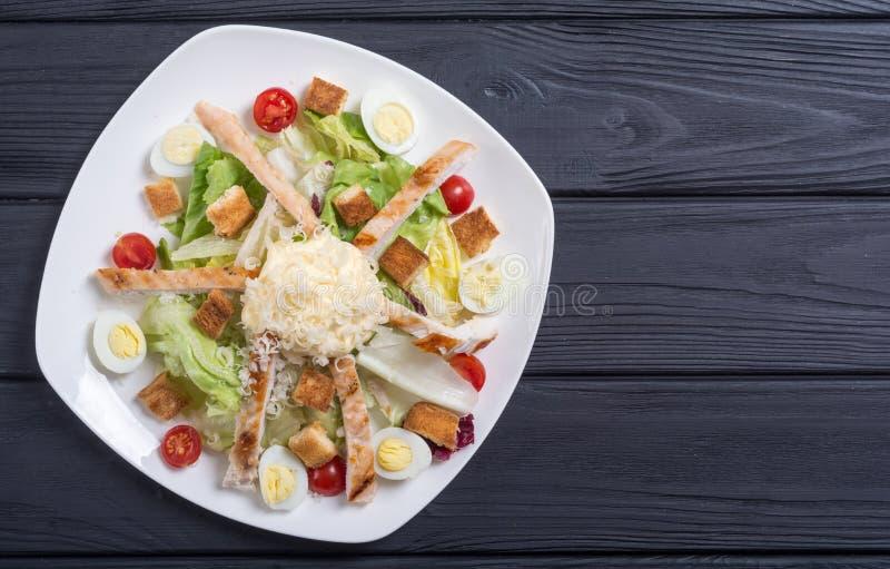 Salade ceasar met kip, eieren en tomaten royalty-vrije stock fotografie